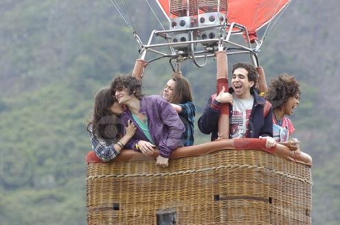 Bernardo aterrissa com seu balão no pátio do Primeira Opção