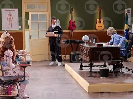 O motoboy Jackson Five faz entregas na Escolinha do Professor Raimundo