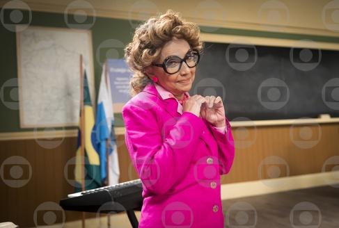 Cininha de Paula participa da Escolinha do Professor Raimundo como Escolástica